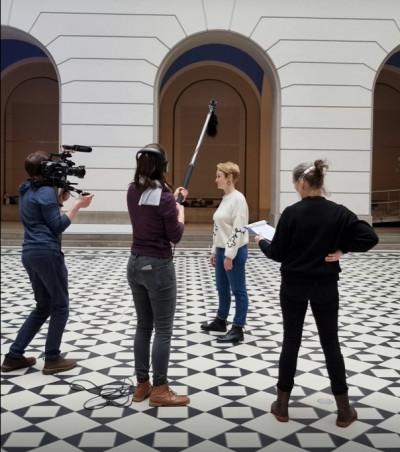 Im Foyer der Technischen Universität Berlin finden Dreharbeiten zum 75. Jahrestag der Neugründung statt. Zu sehen ist Julia Meyer-Brehm mit dem Filmteam.